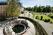 Brunnen der sogenannten Donauquelle und Schloss, Schlosspark, Donaueschingen, Baden-Württemberg, Deutschland