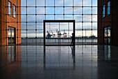 Frau mit Handy vor Hafen Kulisse, Hamburg, Deutschland