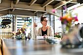 Frau im Cafe, Entenwerder,  Hamburg, Deutschland
