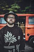 Mann steht vor VW Bus im Wald, Aalen, Ostalbkreis, Baden-Württemberg, Deutschland, Europa.