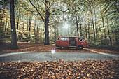 VW Bus im Herbstwald, Aalen, Ostalbkreis, Baden-Württemberg, Deutschland, Europa.