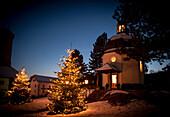 nächtliche Kapelle mit Schnee, Stille Nacht, Museum, Kapelle,  katholisches Brauchtum, Weihnachtszeit, christliches Brauchtum, Oberndorf, Österreich, Europa