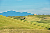 Italy, Tuscany, Orcia Valley, Farmhouse on the hill