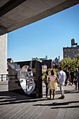 Menschen stehen neben Skulptur auf dem High Line Park, Manhattan, New York City, Vereinigte Staaten von Amerika, USA, Nordamerika