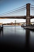 Im Vordergrund Brooklyn Bridge, dahinter Washington Bridge, East River, Brooklyn, New York City, Vereinigte Staaten von Amerika, USA, Nordamerika