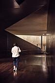 Besucherin im Museum 9/11 Gedenkstätte, Manhattan, New York City, Vereinigte Staaten von Amerika, USA, Nordamerika