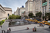 plenty of yellow cabs in front of the Metropolitan Museum of Art, 5th Ave, Manhattan, NYC, New York City, United States of America, USA, North America