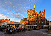 St. Nikolai and town hall at the old market with outside catering, Stralsund, Ostseeküste, Mecklenburg-Western Pomerania, Germany
