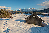 View of the snow-covered huts at the frozen Geroldsee, in the background the Karwendel mountains, Gerold, Upper Bavaria, Germany