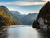 Autumn mood at the Königssee with view from the lookout point Rabenwand (Malerwinkel) on the boat traffic and the Schönfeldspitze and the Steinerne Meer, Königssee, Upper Bavaria, Germany