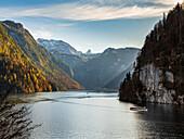 Herbststimmung am Königssee mit Blick vom Aussichtspunkt Rabenwand (Malerwinkel) auf den Schiffverkehr und die Schönfeldspitze und das Steinerne Meer, Königssee,  Oberbayern, Deutschland
