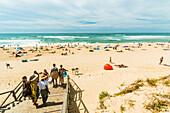 Summer crowds on the popular surf beach at Mimizan, south west of Bordeaux, Mimizan-Plage, Landes, Nouvelle-Aquitaine, France, Europe