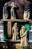 Skulpturen an der Gasthof und Pension Zum Klausner in der Nähe von Kloster, Hiddensee, Rügen, Ostseeküste, Mecklenburg-Vorpommern, Deutschland