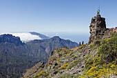 men on the summit, jumping with the canarian crook, Salto del Pastor Canario, crater rim, Caldera de Taburiente, UNESCO Biosphere Reserve, La Palma, Canary Islands, Spain, Europe