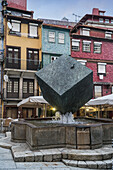 Fonte de Cubo Brunnen Praca da Ribeira , Ribeira, Skulptur von Jose Rodrigues, Porto, Portugal
