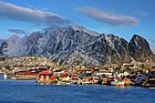 Fischerhäuser von Reine mit Bergkulisse, Reine, Lofoten, Nordland, Norwegen