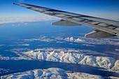 Verschneite Küstenlandschaft in Norwegen, Luftaufnahme, Norwegen