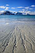 Sandstrand mit verschneiten Bergen, Lofoten, Nordland, Norwegen
