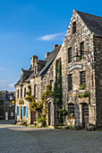 France, Brittany, Finistere, Locronan (labelled Most Beautiful Village i nFrance), granite houses and paved road