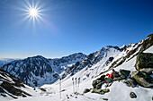 Frau auf Skitour machen an Felsen Pause, Steintalspitze, Sellrain, Stubaier Alpen, Tirol, Österreich