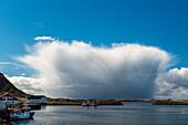 Regenwolke vor de Fischerdorf Sto, Langoya, Vesteralen, Norwegen