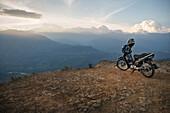 Motorrad steht nahe Felskante, Ausblick von Barichara auf das umliegende Gebirge, Departmento Santander, Kolumbien, Südamerika