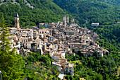 Das Bergdorf Pacentro wird von den Türmen der Castelmo-Burg dominiert, Pacentro, Abruzzen, Italien
