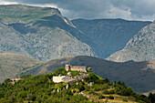 Die Burg von Alba Fucens vor den Bergen des Sirentemassivs, Alba Fucens, Abruzzen, Italien