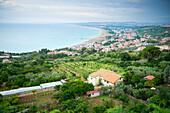 Blick von Vasto über die Küste der Adria, Vaso, Abruzzen, Italien
