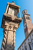 Die Säule Colonna Antica auf der Piazza delle Erbe vor dem Lambertiturm, Verona, Venetien, Italien