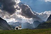 Kapelle, Wolke, Sonnenstrahl, Berg, Silvrettasee, Bezirk Bludenz, Vorarlberg, Österreich, Europa