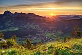 Sonnenaufgang über Wendelstein, Chiemsee und Chiemgauer Alpen, mit Blick auf Bayrischzell, vom Seebergkopf, Mangfallgebirge, Bayerische Alpen, Oberbayern, Bayern, Deutschland