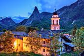 Ort Chiappera beleuchtet mit Cottische Alpen im Hintergrund, Chiappera, Val Maira, Cottische Alpen, Piemont, Italien
