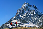 Man and woman hiking at Giro di Monviso, Monviso in background, Giro di Monviso, Monte Viso, Monviso, valley valle di Po, Cottian Alps, Piedmont, Italy