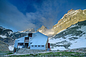 Hut rifugio Vallanta with Visolotto and Viso di Vallanta, Giro di Monviso, Monte Viso, Monviso, Cottian Alps, Piedmont, Italy