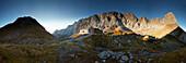 Panorama Lamsenjochhütte mit Rauher Knöll (li) und Lamsenspitze (re) morgens im Herbst , Lamsenjoch, Östliches Karwendelgebirge, Tirol, Österreich