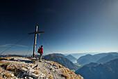 Bergsteiger am Gipfel der Mondscheinspitze, Achensee im Hintergrund , Östliches Karwendelgebirge, Tirol, Österreich