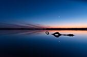 Seelandschaft nach dem Sonnenuntergang in Deutschland zur blauen Stunde