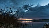 Seelandschaft im Spreewald zum Sonnenuntergang