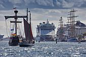Traditionssegler und Kreuzfahrtschiff im Seekanal Warnemünde, Rostock; Hanse Sail; Mecklenburg-Vorpommern; Deutschland