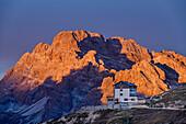 Hut Auronzo-Huette in front of Monte Cristallo at sunrise, hut Auronzo-Huette, Tre Cime, Sexten Dolomites, Dolomites, UNESCO World Heritage Site Dolomites, Venetia, Italy