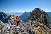 Frau beim Wandern steigt über versicherten Steig zur Lamsenspitze auf, Lamsenspitze, Naturpark Karwendel, Karwendel, Tirol, Österreich