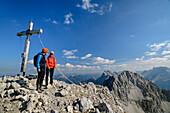 Zwei Frauen stehen am Gipfelkreuz des Wörner, Wörner, Karwendel, Oberbayern, Bayern, Deutschland