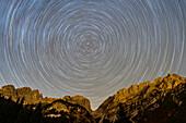Nachthimmel mit Sternbahnen über dem Wilden Kaiser, Wilder Kaiser, Kaisergebirge, Tirol, Österreich