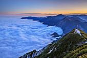 Nebelmeer im Voralpenland, Benediktenwand und Herzogstand mit Gipfelkreuz im Hintergrund, vom Herzogstand, Bayerische Alpen, Oberbayern, Bayern, Deutschland
