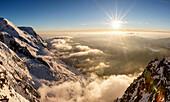 Sonnenuntergang über dem Tal von Chamonix, Mont Blanc, Wolken- und Nebelmeer, Winter, Cosmiques Hütte, Chamonix, Haute-Savoie, Frankreich