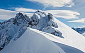 Tief verschneite Gipfel in den Lechtaler Alpen, Tirol, Österreich