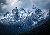 Nordseite Wilder Kaiser bei Neuschnee in dramatischer Wolkenstimmung, Kaiserbachtal, Wilder Kaiser, Tirol, Österreich