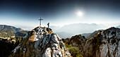 Bergsteiger auf den Gipfel des Ettaler Manndls, Ettal, Ammergau, Ammergauer Alpen, Oberbayer, Bayern, Deutschland