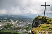 Gipfelkreuz des Hohen Ifen mit Gottesackerplateau im Hintergrund, Hoher Ifen, Allgäuer Alpen, Walsertal, Vorarlberg, Österreich